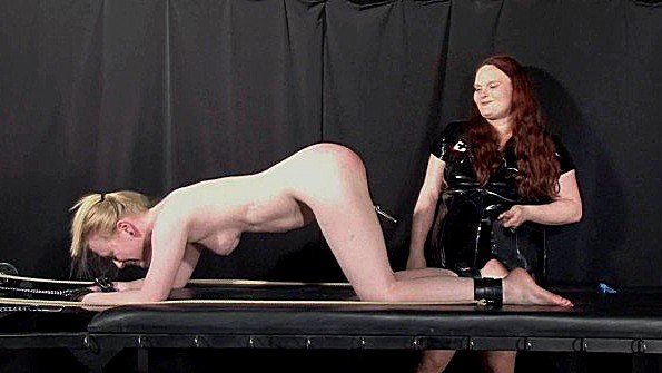Толстая лесбиянка обливает горячим воском связанную блондинку