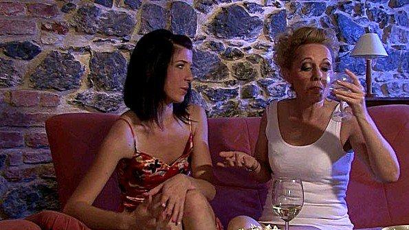Мама с дочкой выпили шампанского и трахаются двухсторонним самотыком