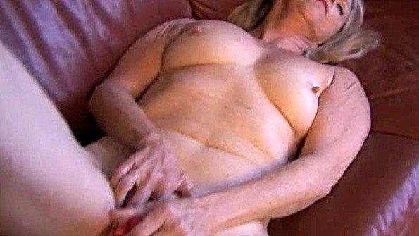 Старая леди играет со своей потасканной вагиной