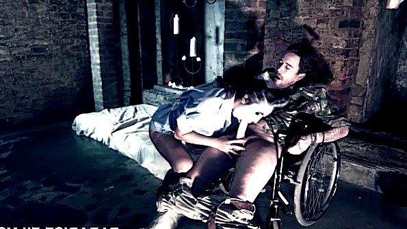 Инвалид встал на ноги чтобы отъебать большегрудую медсестру