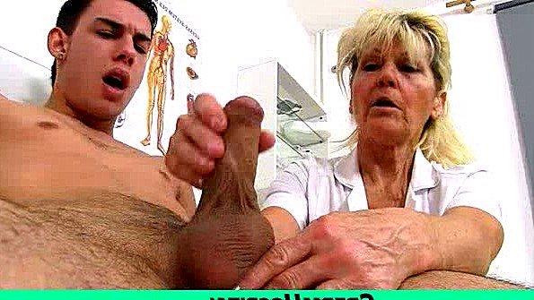 Пожилая медсестра осматривает и дрочит член парня в больничке
