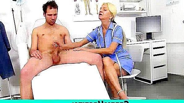 Зрелые медсёстры заставляют своих клиентов возбуждаться и дрочат им