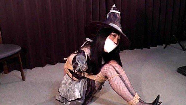 Связали ведьму чтобы больше не издевалась над мужиками