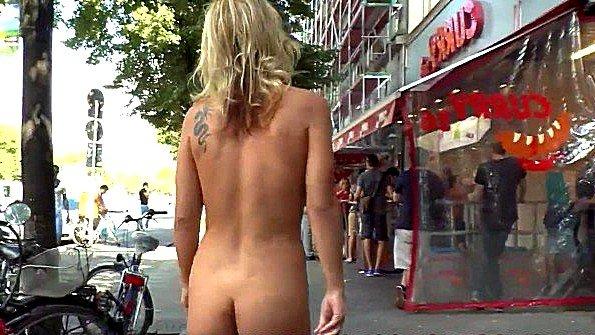 Туристку запугали что завалят и теперь она ходит голая по Берлину