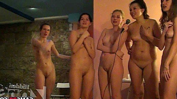 Голые заводные девчонки весело поют караоке