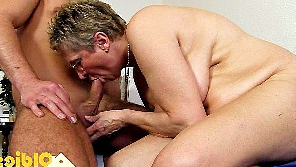 Парень трахает бабульку толстуху