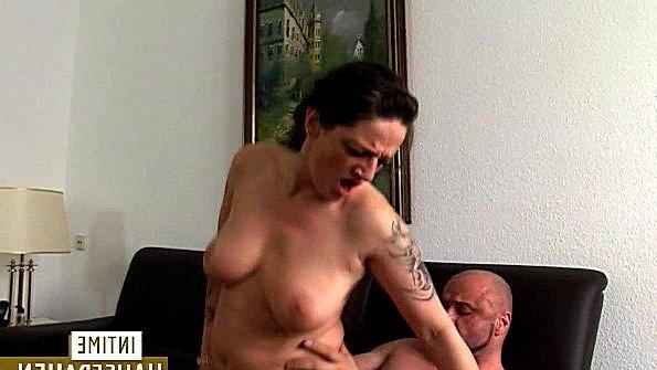 Грудастая татуированная бабёнка неистово скачет на члене лысого мужа