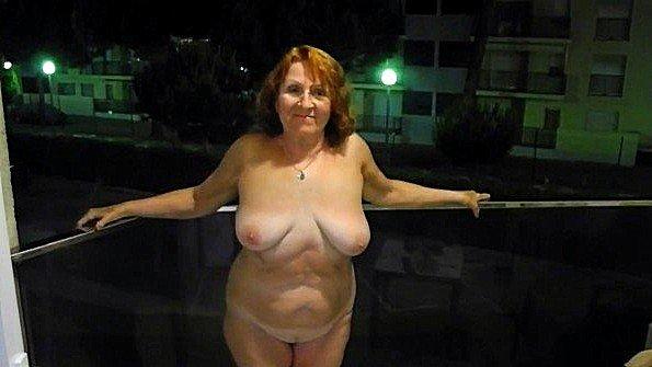 Бабка устроила стриптиз на балконе отеля