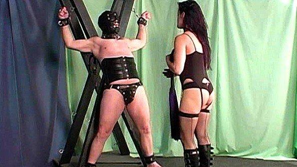 Госпожа двумя плётками хлещет своего раба