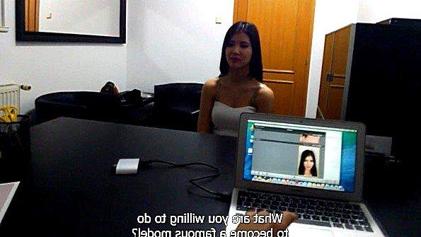 Девушка взяла за щеку на интервью в модельном агенстве