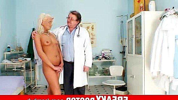 Сеньор доктор тщательно осматривает сиськи и вагины девушек