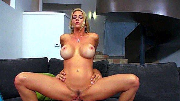 Блондинка из Brazzers обожает пенисы