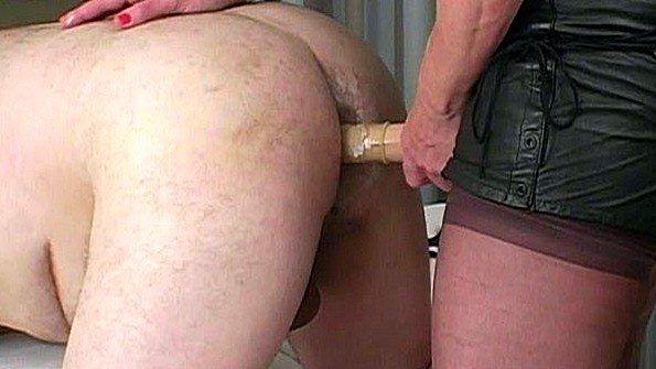Баба вдупляет в анус страпоном своему рабу