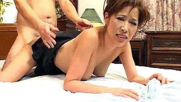 Красивая азиатка трахается жестко и раком