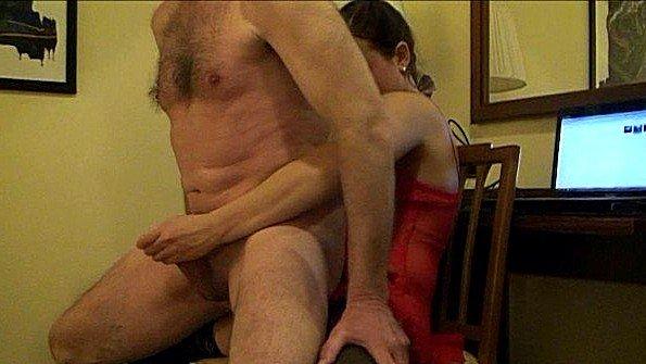 Внучка дрочит деду и вгоняет ему страпон в жопу