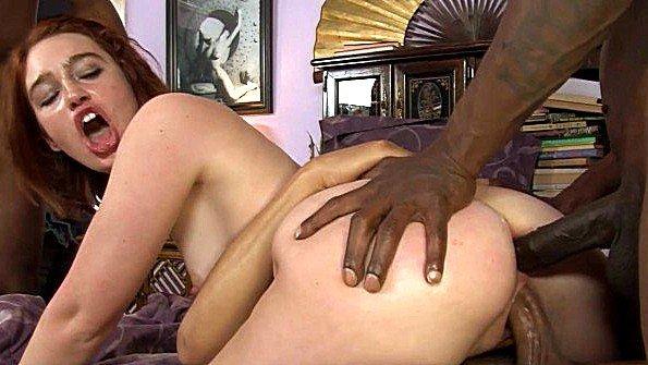 Порно звезду долбят во все дырки чёрными членами