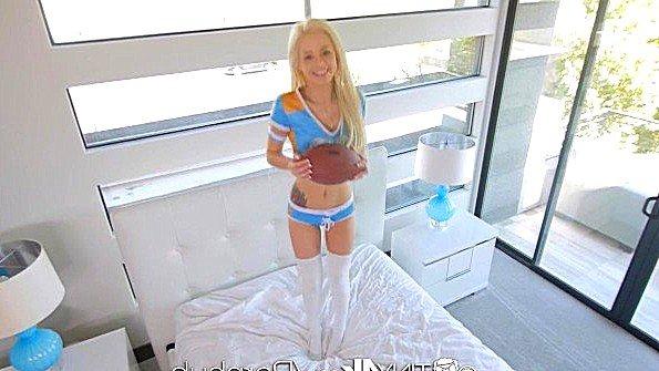 Мини блондинка отдалась громиле из футбольной команды