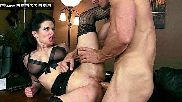 Сисястая секретарша кончает сквиртом от брутальной ебли с боссом
