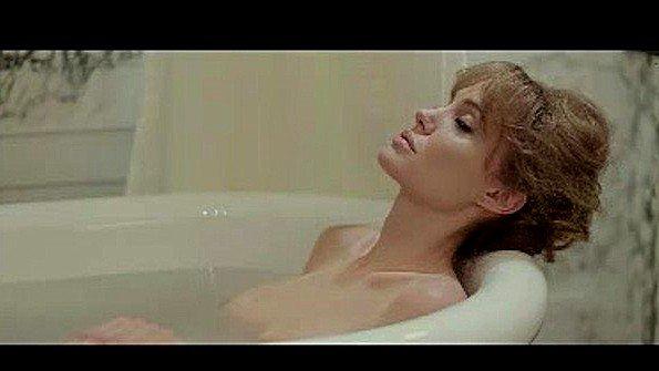 Angelina Jolie обнаженная в секс сцене
