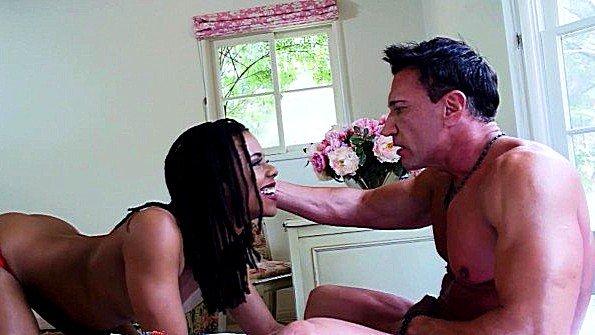 Папочка долбит в манду шпионившую за ним дочку
