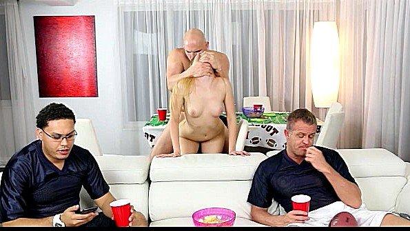 Двое смотрят футбол а третий за их спиной жарит блондинку