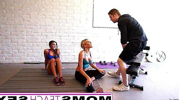 Мама с дочкой взяли в оборот тренера в спортзале