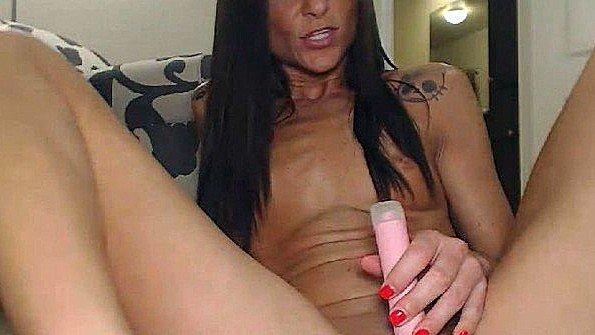 Тёлочка вставила себе анальную игрушку и мастурбирует киску фаллосами