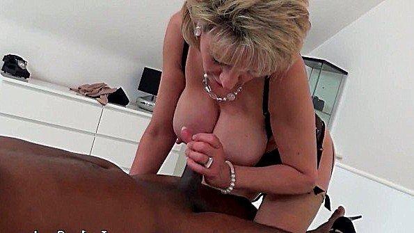 Белокурая милфа сделала массаж и поласкала член между сисек