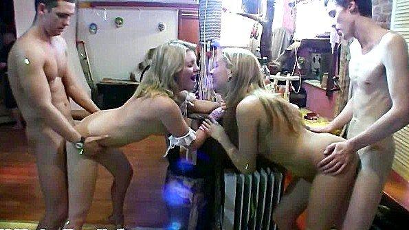 Двух девок трахает целая очередь из парней дома