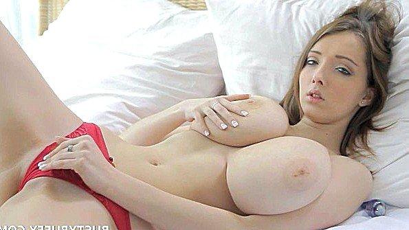 Сладкая молодка играет с массивными дойками и мастурбирует киску