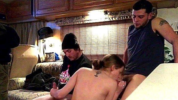 Грудастая отсосала двум парням в доме на колёсах