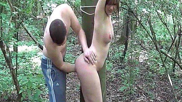 Брутальный фистинг с привязанной в лесу молодой сучкой
