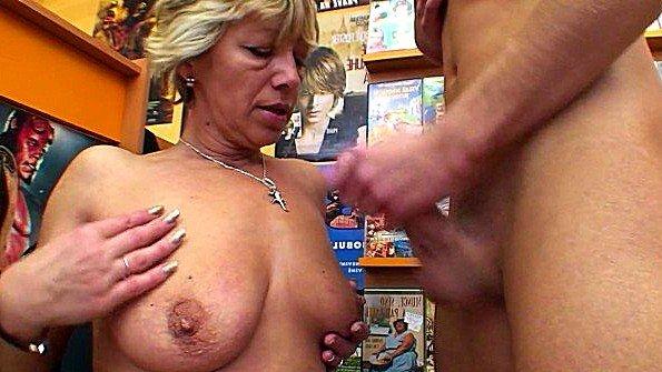 Развратная бабка соблазнила молодого продавца видео проката