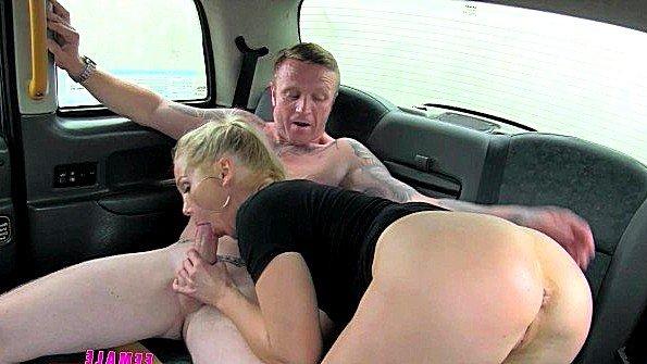 За поездку мужик пообещал таксистке бесподобный куни