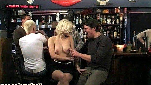 Групповуха с блондинкой в баре