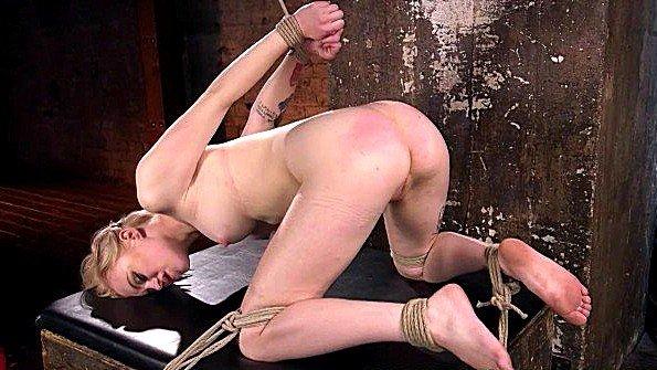 Шлёпает и издевается с прищепками над блондинкой в подвале