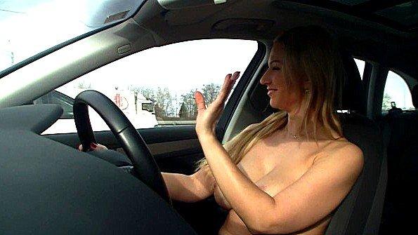 Тёлочка с голыми титьками рулит в машине по городу