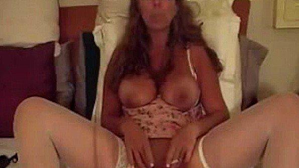 Грудастая мамочка курит и мастурбирует
