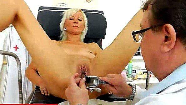 Доктор проводит опыты с пиздой и аналом блондинки