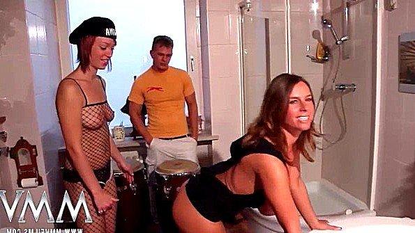 Две девахи оккупировали мужика в туалете