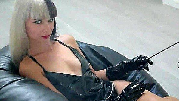 Красотка в сексуальном белье выкуривает сигарету