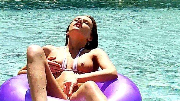 Красотка ласкает вагину пальчиками плавая на круге в бассейне
