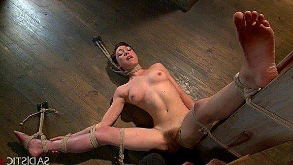 Брутально связал подружку в подвале и трахнул её черенком от лопаты