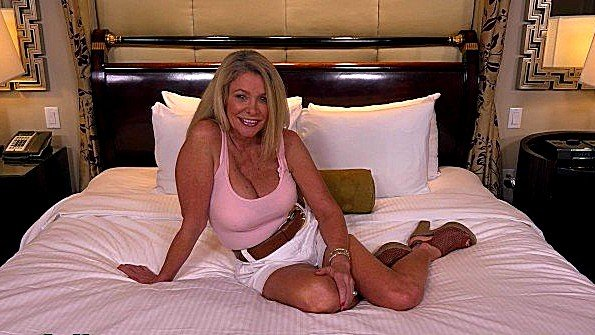 Секс от первого лица с грудастой белокурой милфой