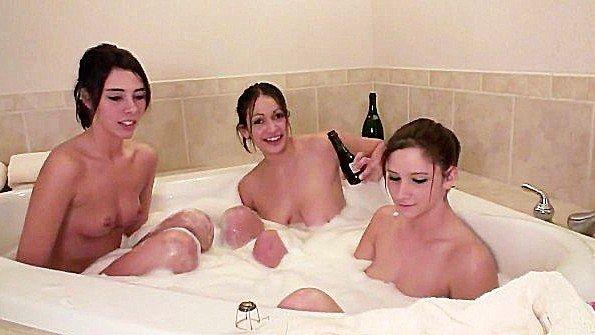 Веселые лесби принимают ванну под шампусик